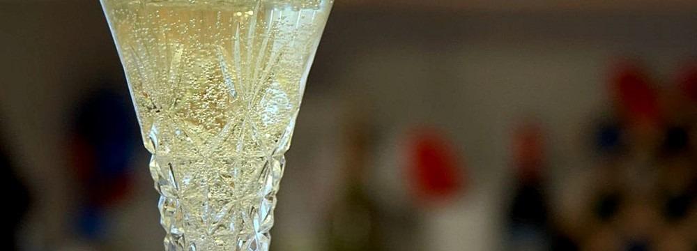 Champagne_flutes_glasses_bubbles