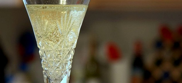 Champagne_flutes_glasses_bubbles